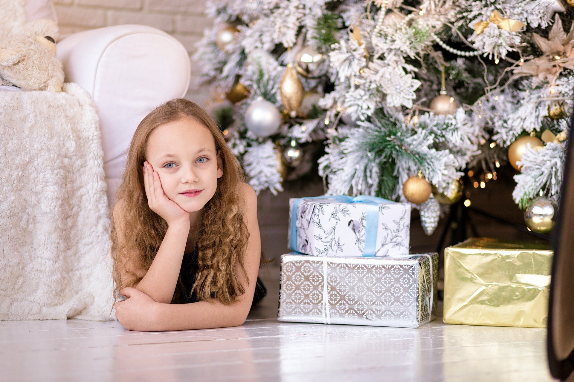 girl 2105153 1920 - Christmas Gifts for your Actor Friends